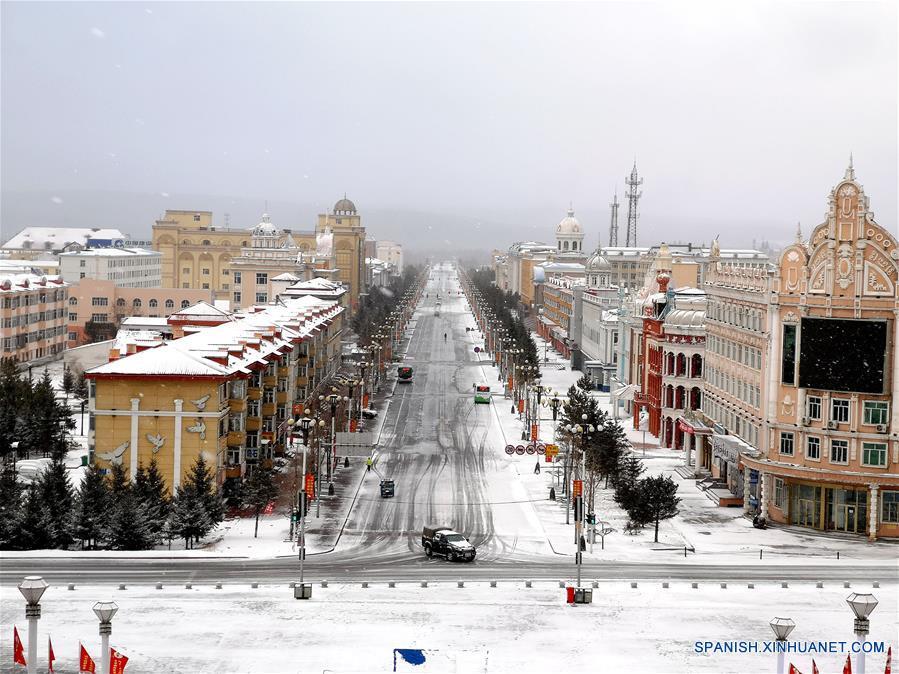 Cancelan vuelos y cierran carreteras por tormentas de nieve en noreste de China
