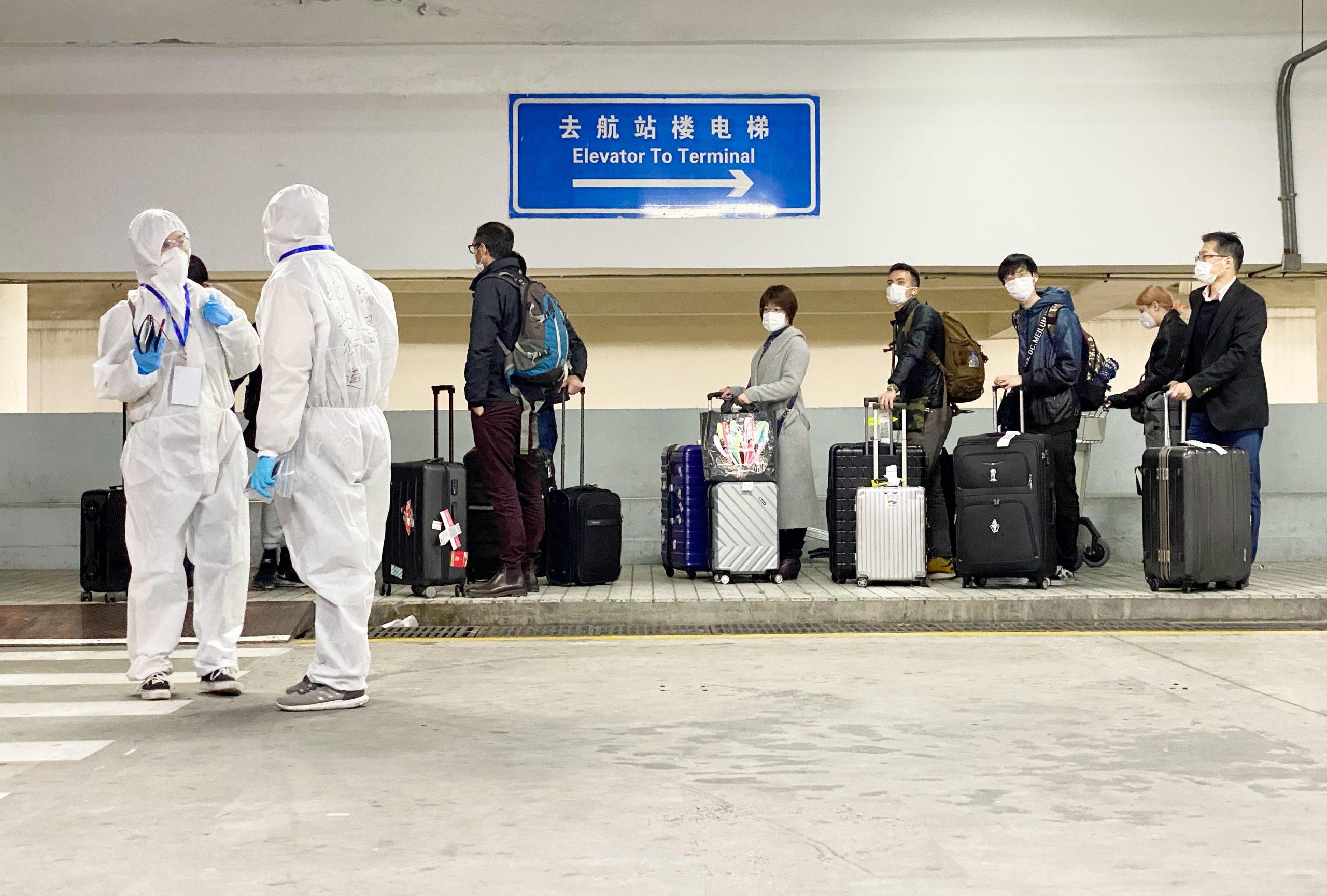 Realizan prueba de ácido nucleico a personal de carga de aeropuerto Pudong de Shanghai