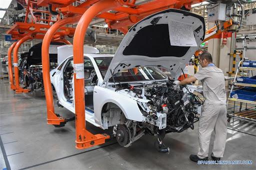 Crece manufactura global en abril pero a un ritmo más lento