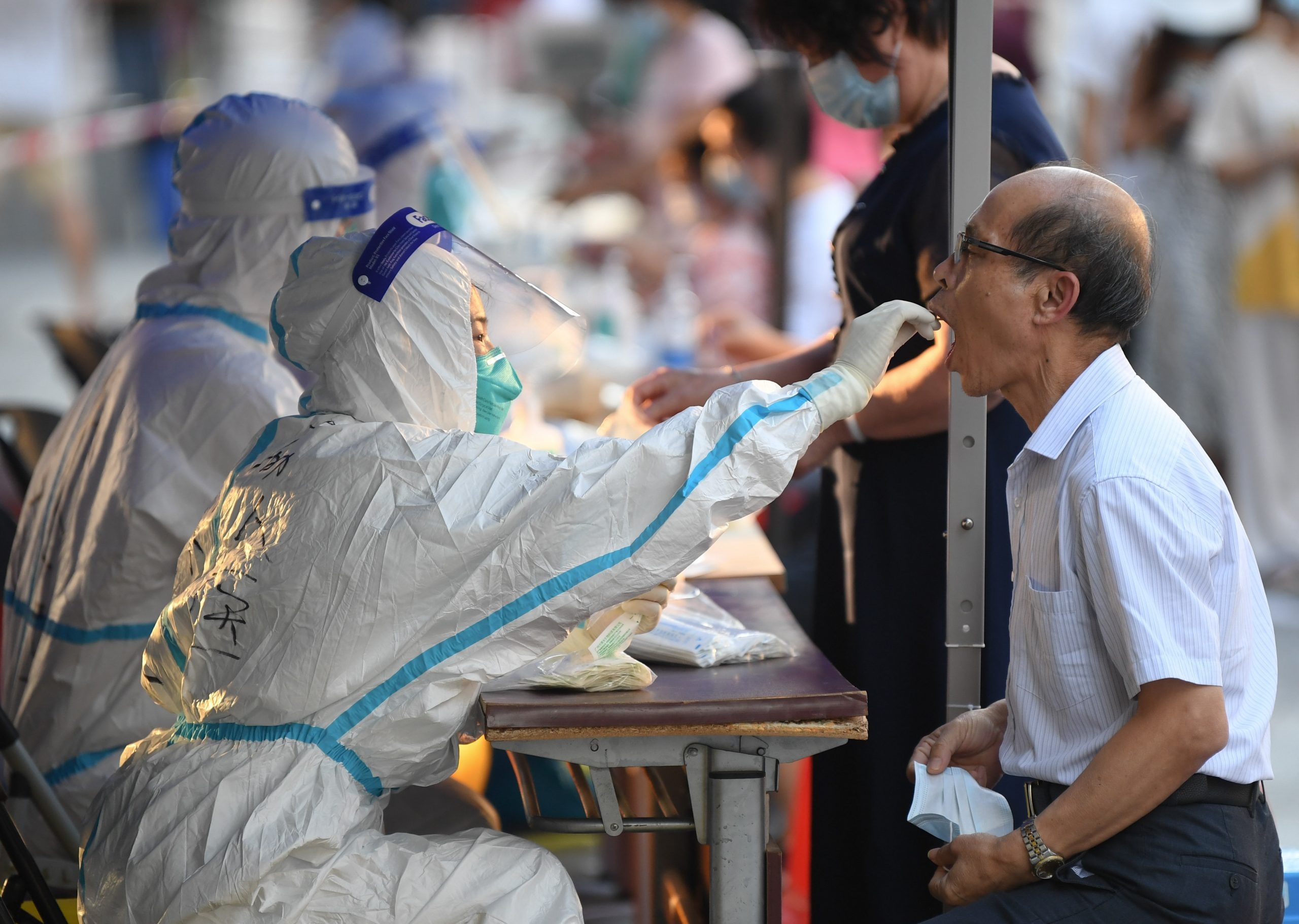 Parte continental de China reporta 75 nuevos casos de transmisión local de COVID-19