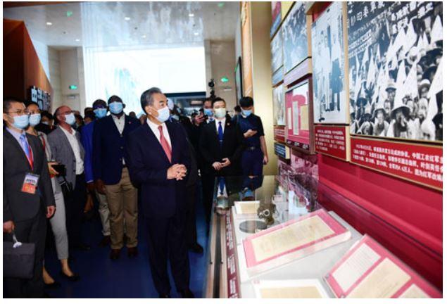 Diplomáticos visitan Museo del PCCh junto a ministro chino de Relaciones Exteriores