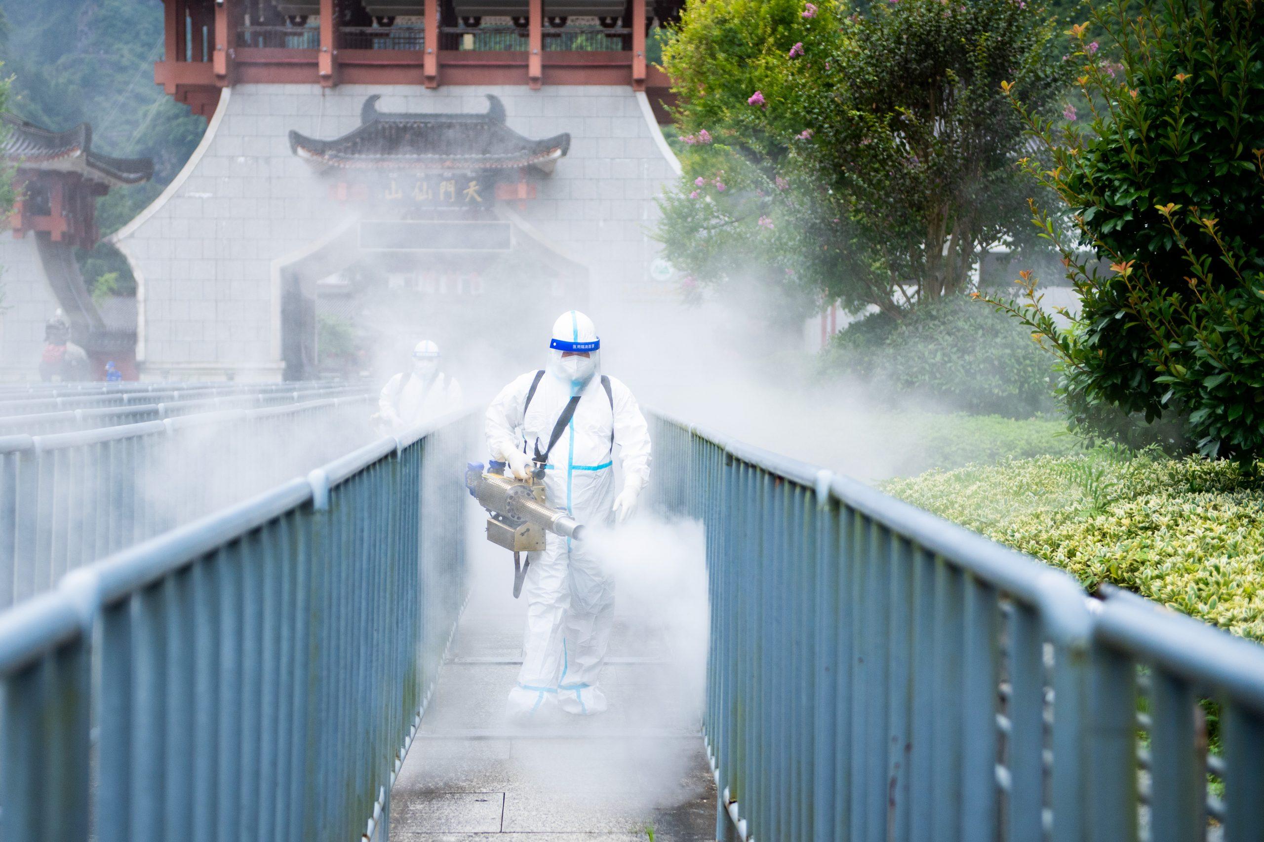 China intensifica desinfección en lugares públicos