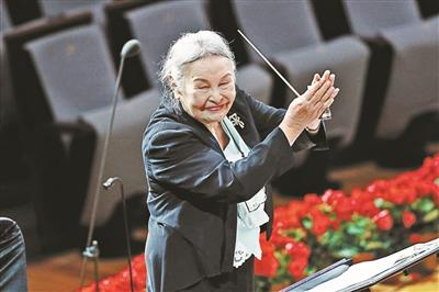"""91岁""""无条件祖母""""郑小英重返舞台指挥《土楼的怀念》-Chinanews.com"""