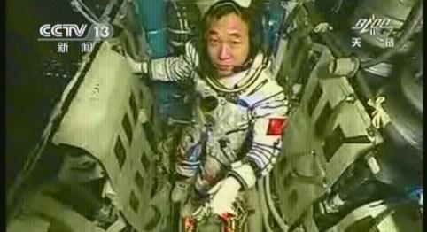 神九太空人改穿藍色工作服