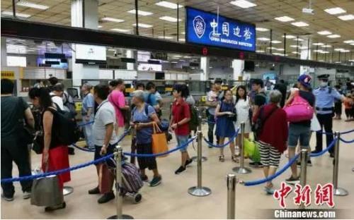 排队通过边检的游客。图片来源:<a target='_blank' href='http://www.chinanews.com/' >中新网</a>
