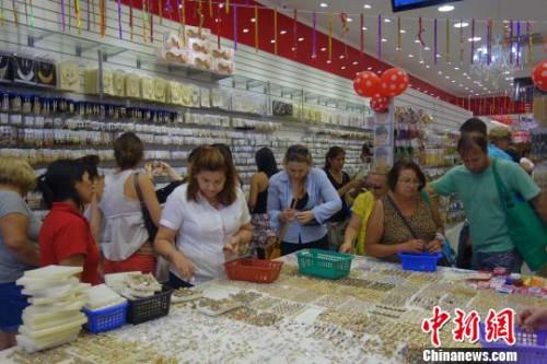 """在有""""唐人街""""之称的巴西圣保罗市""""3月25街"""",顾客在选购中国首饰。(<a target='_blank' href='http://www.chinanews.com/'>中新社</a> 莫成雄 摄)"""