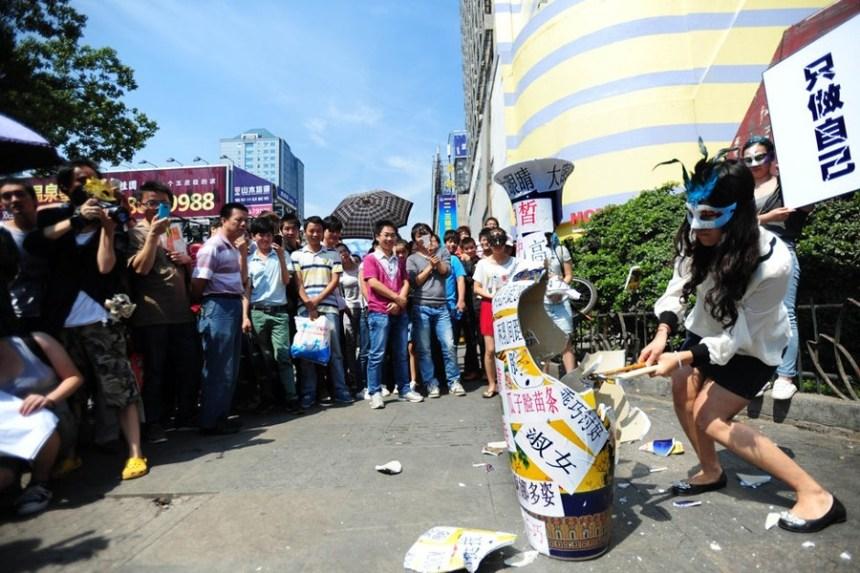 2-1_7 2012年9月武汉女大学生公开砸花瓶反对选美