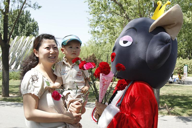 8-3_64红太狼向母亲送花3 (1)