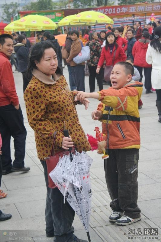 spoiled-child-attacks-mother-in-public-for-toy-china-04