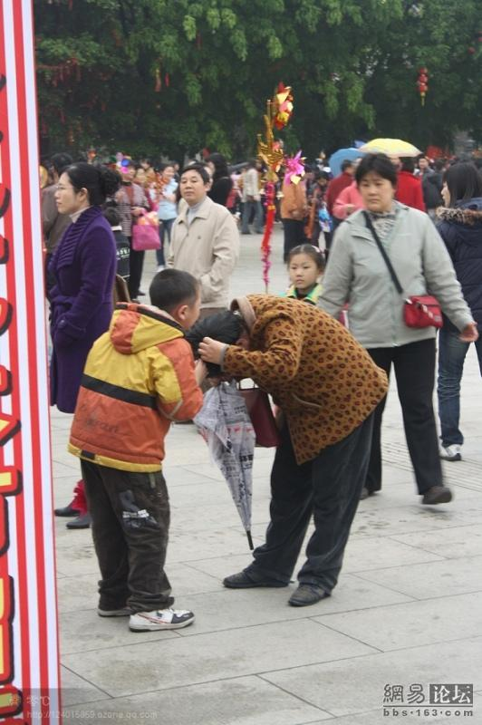 spoiled-child-attacks-mother-in-public-for-toy-china-17