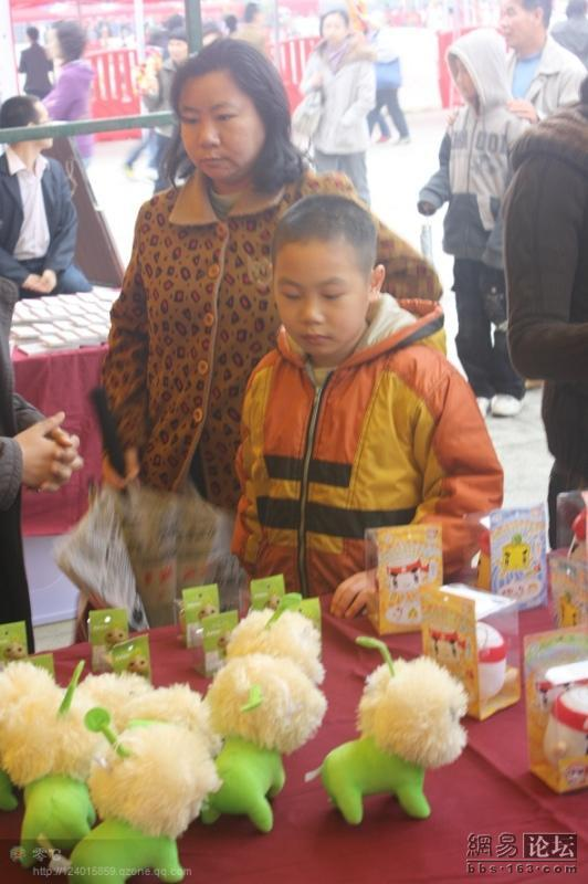 spoiled-child-attacks-mother-in-public-for-toy-china-20
