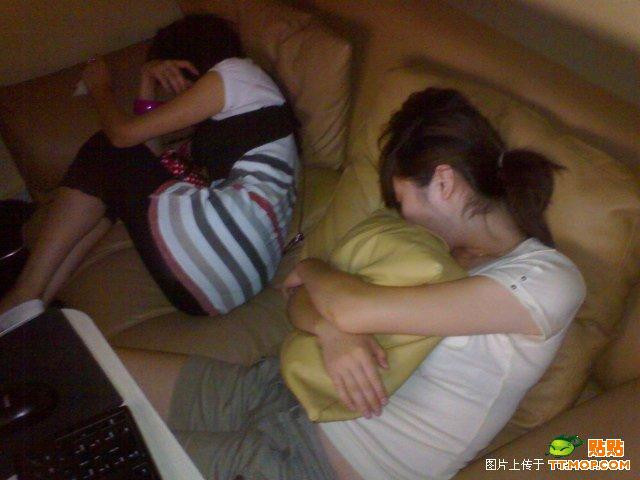 https://i0.wp.com/www.chinasmack.com/wp-content/uploads/2009/07/china-chinese-sleeping-in-internet-bar-01.jpg
