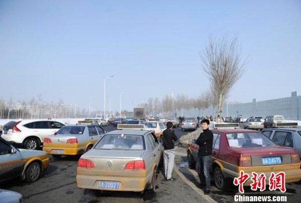 Taxis gathered in Changchun to help search for the missing infant.