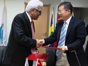 Jean Claude de l'Estrac, secrétaire général de la COI et l'ambassadeur de Chine, Li Li
