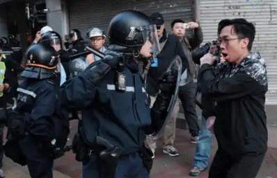 Les manifestants en colère contre les policiers expatriés de Hong Kong