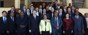 Au centre (en blanc) Béatrice Attalah et à gauche Qian Keming, vice-ministre du commerce
