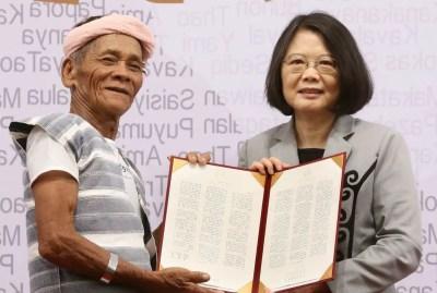 Le chef indigène Capen Nganaen et la présidente de Taiwan, Tsai Ing-wen