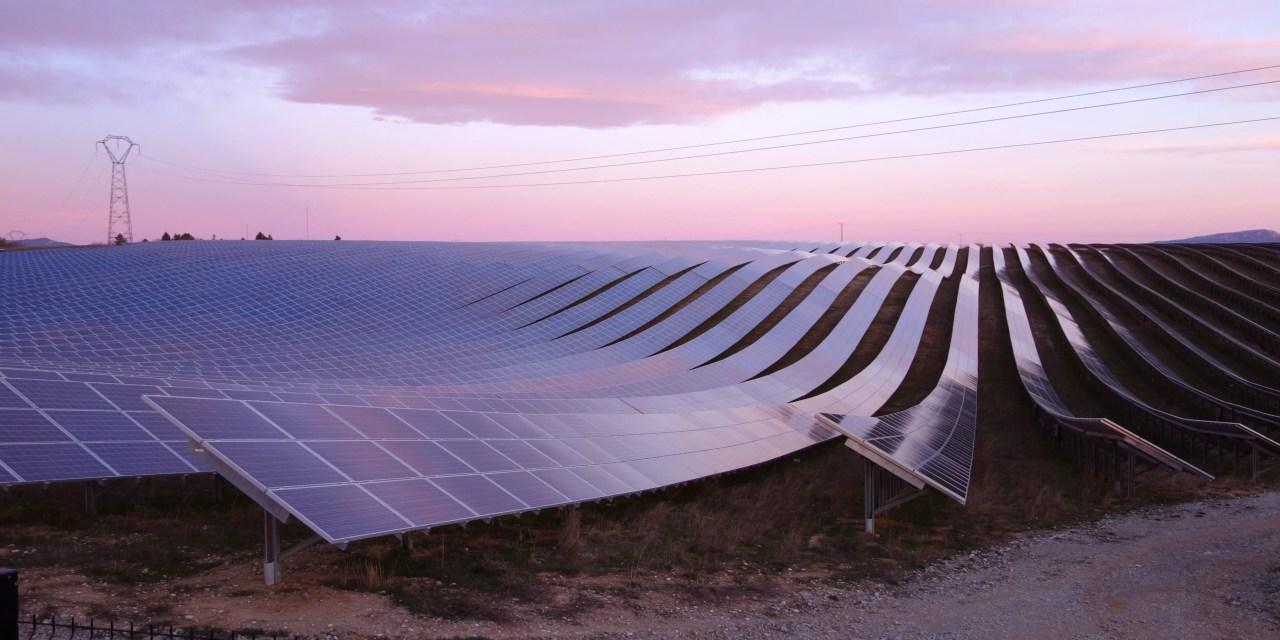 Construction de la plus grande usine de fabrication de panneaux solaires au monde