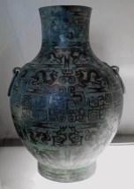 Vase hu. Bronze avec incrustation de cuivre, scènes narratives. Début de l'époque des Roy Comb Musée Cernuschi.