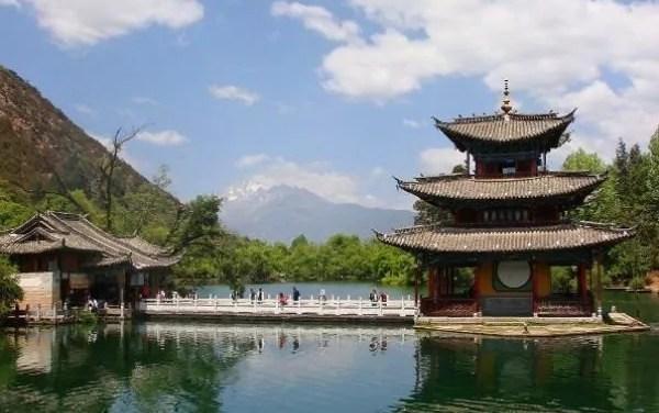 Le parc luxuriant de l'étang du Dragon Noir