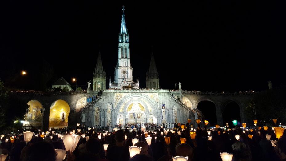 Durante il giorno di riposo: la processione a Lourdes.