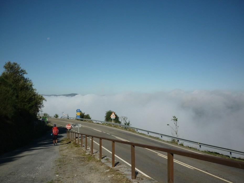 Poco dopo O'Cebreiro, le nuvole in Galizia la fanno da padrone