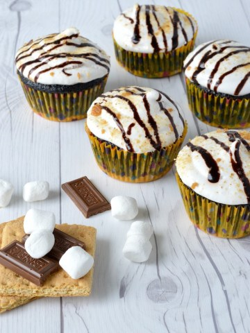 5 s'mores cupcakes with graham crackers, Hershey's and marshmallows