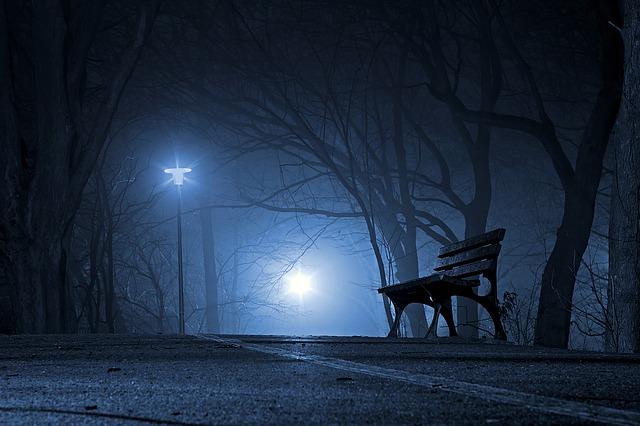 夜の公園の外灯とベンチ