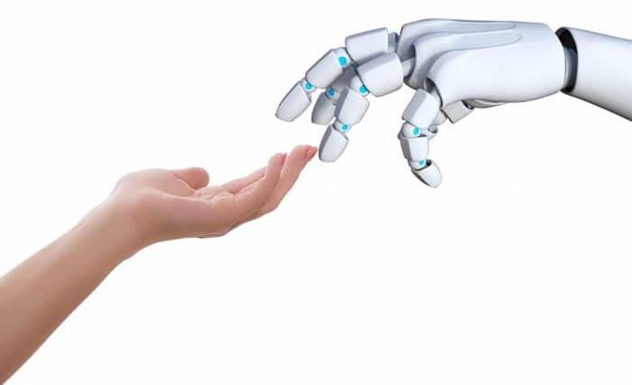 触れ合う人間の手とロボットの手