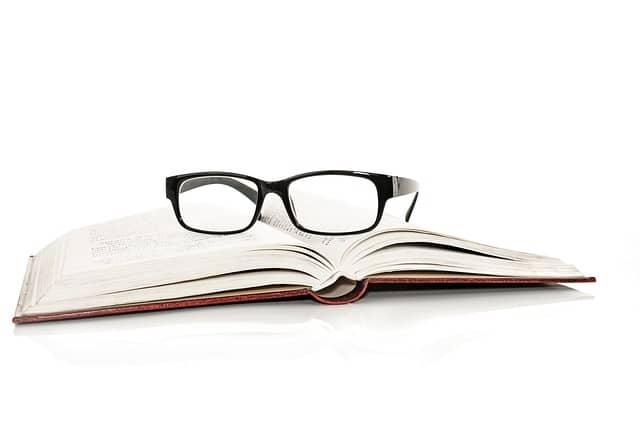 開かれた本とその上に置かれたメガネ