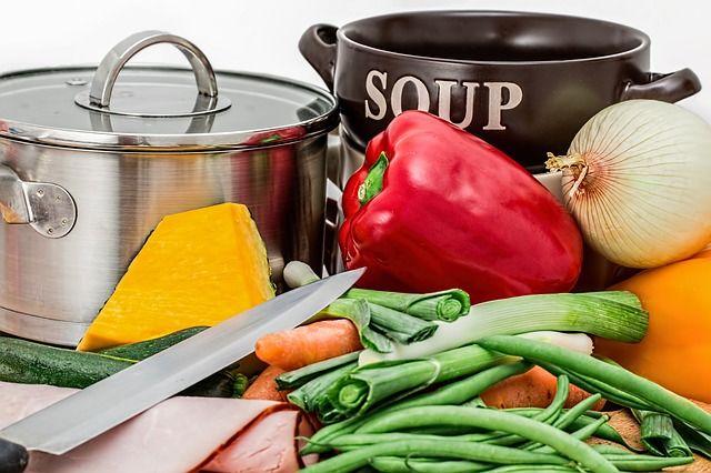 鍋と包丁と様々な食材