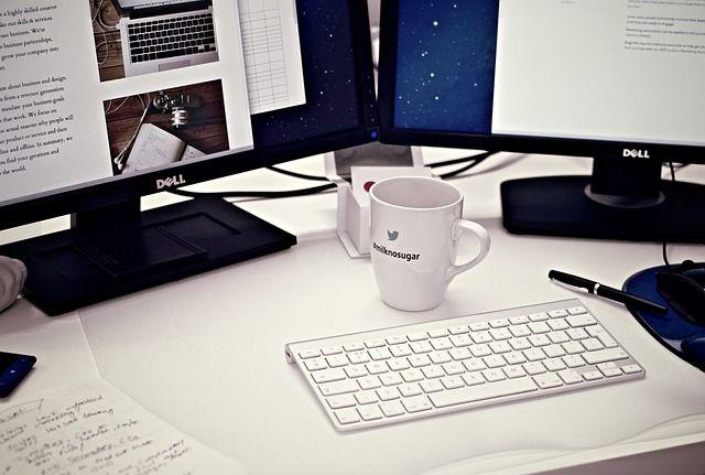 パソコンとキーボードとコーヒー