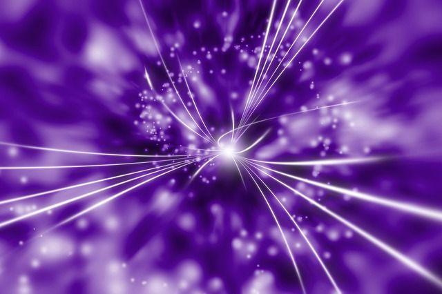 紫色の空間の中心にある光
