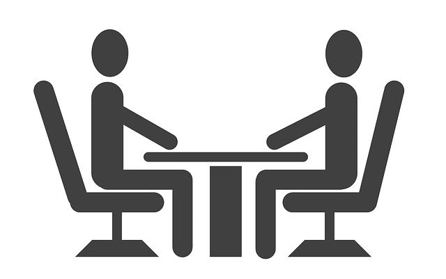 イスに座って二人で面談をしている絵