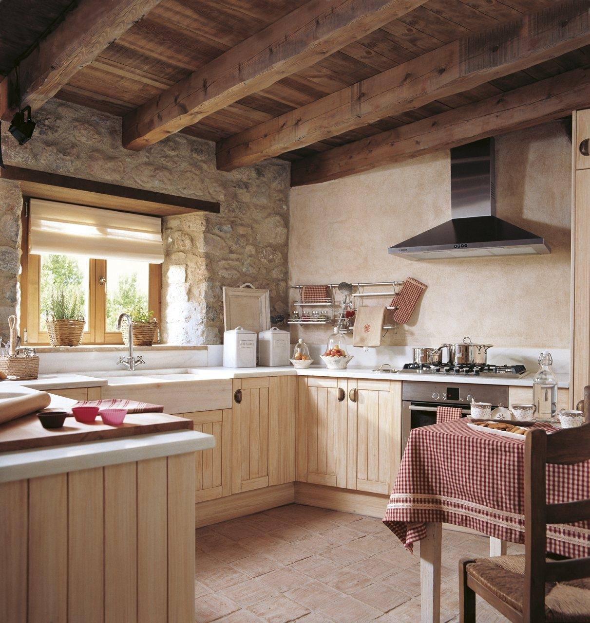 Cocinas rusticas modernas con techo madera pared de piedra for Techos para cocinas