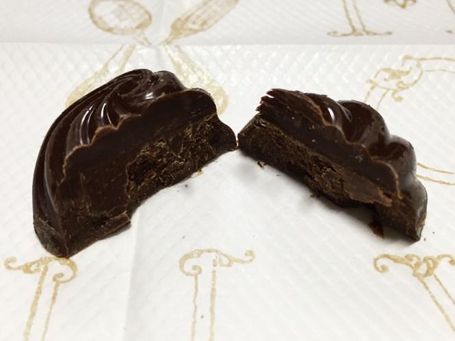 『ブルボン』の「セピアートマイルドビターチョコレート」中も黒い