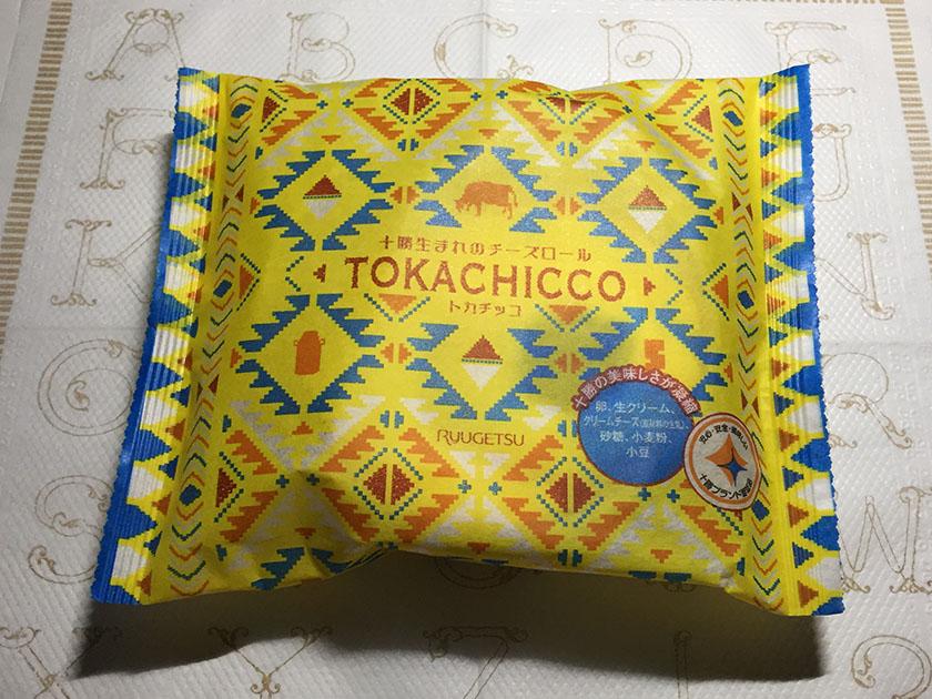 『柳月』の「十勝生まれのチーズロールTOKACHICCO」フォークロア柄がかわいい
