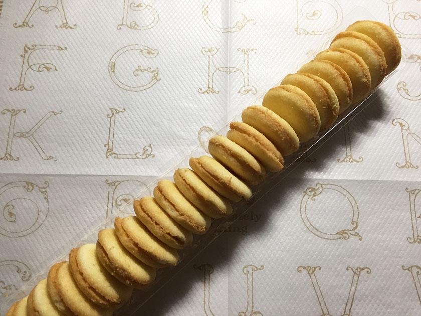 『ブルボン』の「プチ ココナッツミルクラングドシャ」まるい小さなラングドシャがたくさん入っている