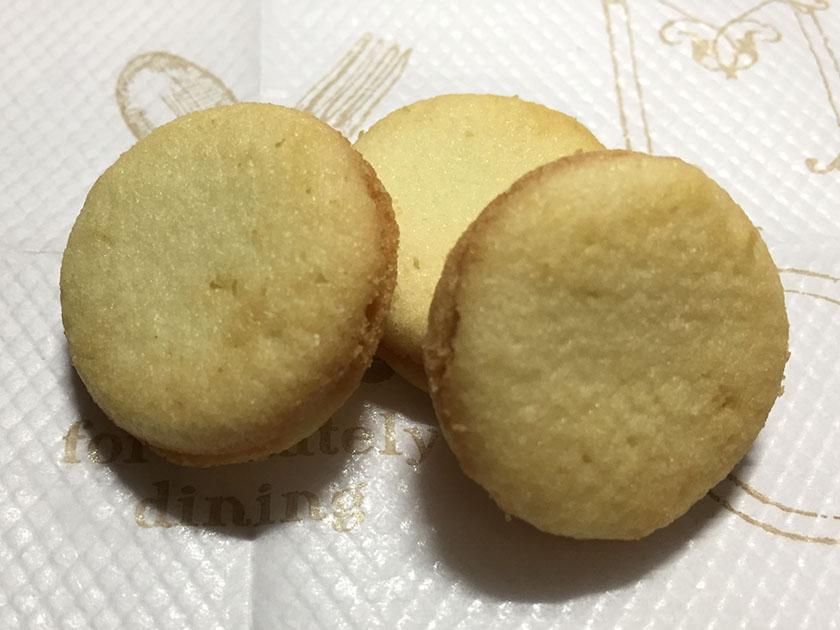 『ブルボン』の「プチ ココナッツミルクラングドシャ」ラングドシャっぽい焼き加減