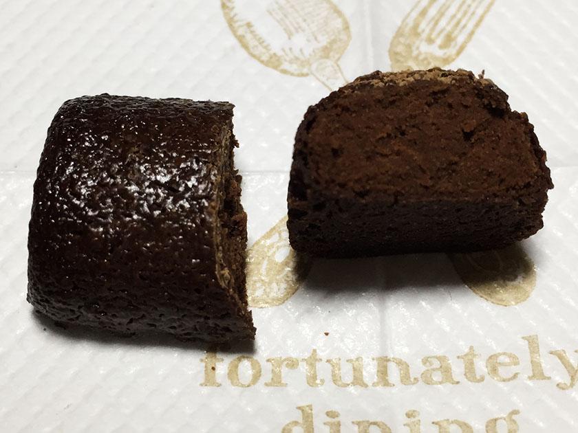 『森永』の「ベイク パクチー」中も黒いチョコ