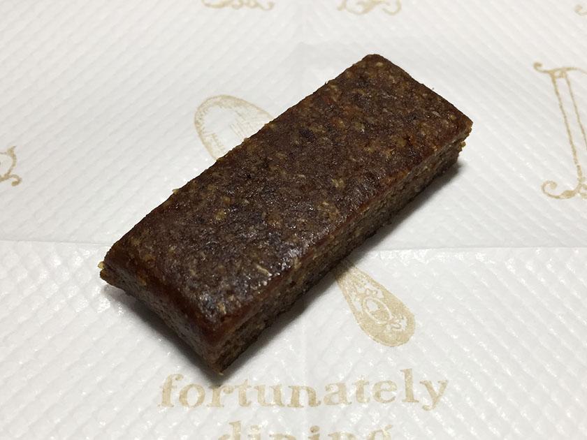 『UHA味覚糖』の「HAPPYデーツラムレーズン味」チョコ色のデーツ