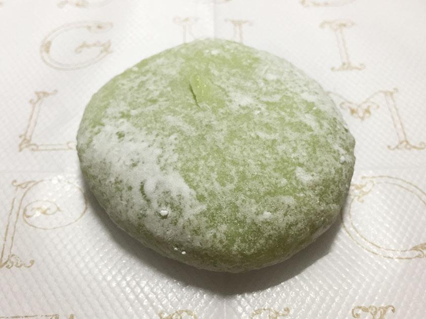 『セコマ』の「ぷち茶房 北海道メロン大福」メロンの皮の色の大福