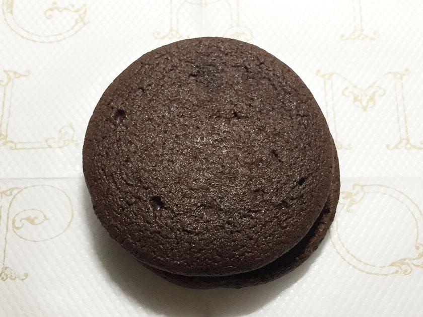 『ナチュラルローソン』の「しっとり濃厚チョコレートケーキ」濃いチョコ色