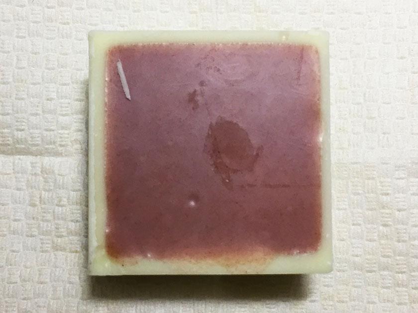 『チロルチョコ』の「チロルあいすまんじゅう」裏面は小豆色