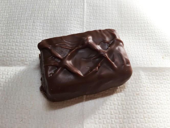 『マース・ジャパン』の「スニッカーズ極み麦」見た目はノーマルと同じチョココーティング