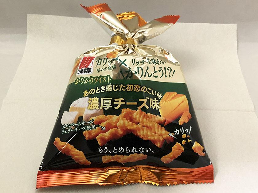 『三幸製菓』の「かりかりツイスト濃厚チーズ味」派手めのパッケージ