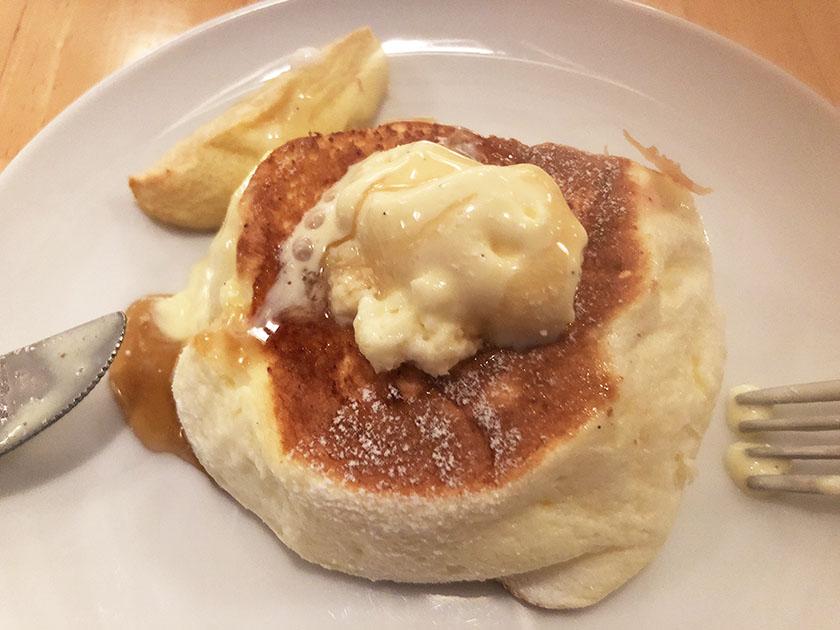『ドレモルタオ』の「パンケーキメープル&ローストアップル」バニラアイスをのせて