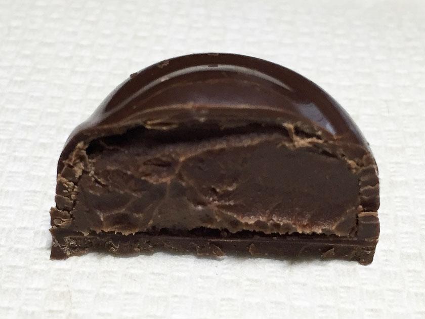 『ロッテ』の「ガーナ生チョコレート芳醇カカオ」中も黒め
