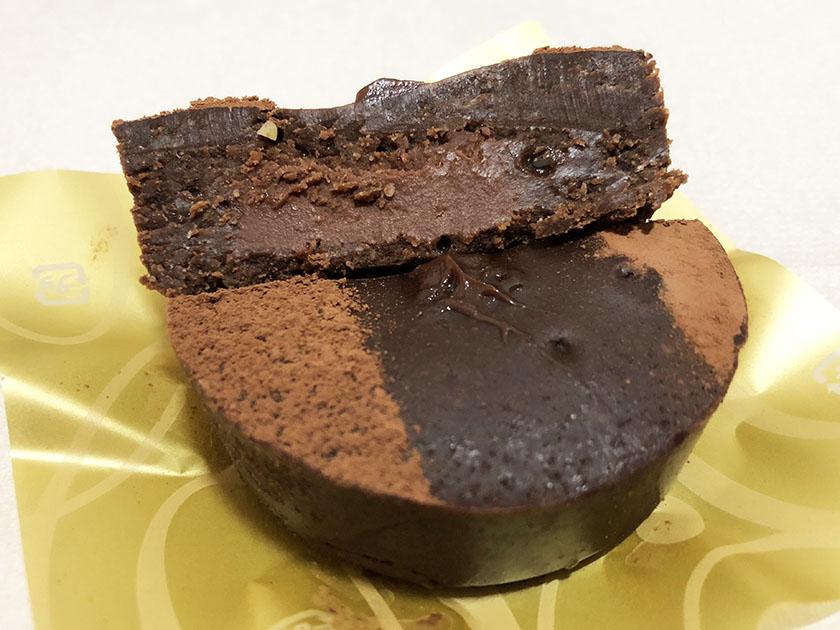 『ウチカフェスィーツ×ゴディバ』の「濃厚ショコラケーキ(ラズベリーガナッシュ入り)」ガナッシュは赤茶