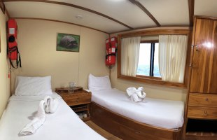 Fragata Yacht single beds